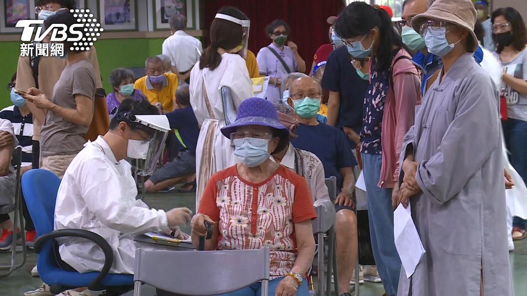 全台長者15日開始施打日本贈送的AZ疫苗。(示意圖/TVBS) 2天11猝死!台大醫嚇到「算出死亡率」:數字呈現風險