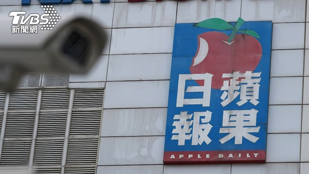 香港警方清晨突襲搜查《蘋果日報》大樓。(圖/達志影像路透社) 港警突襲《蘋果》5高層遭拘捕 「不排除更多人被捕」