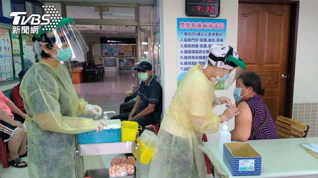 澎湖長者接種AZ疫苗。(圖/中央社) 澎湖社區接種站陸續開設 方便長者就近施打