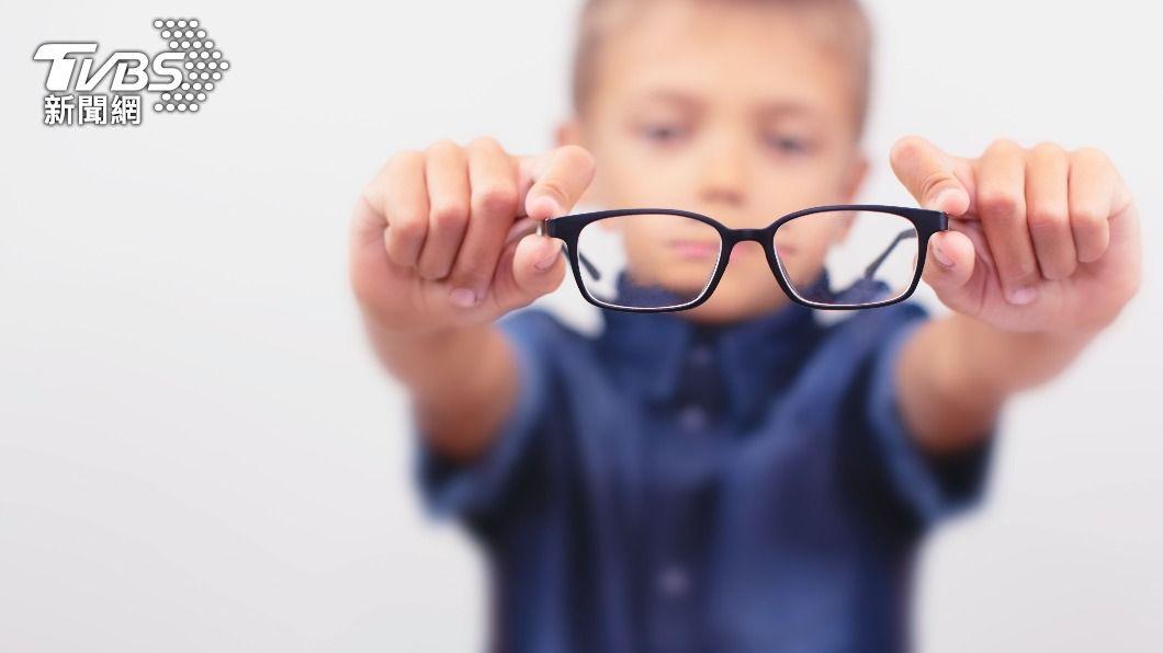 遠距上課導致學童近視度數加深。(示意圖/shutterstock達志影像) 防疫在家用眼過度 藍光眼鏡和「這些方法」助護眼