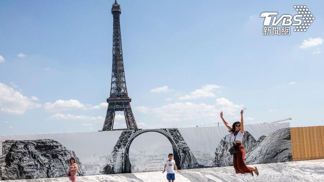 法國疫情趨緩,從17日開始解除口罩禁令。(示意圖/達志影像美聯社) 疫情趨緩!法國解除口罩禁令、宵禁 巴黎迪士尼重新開放