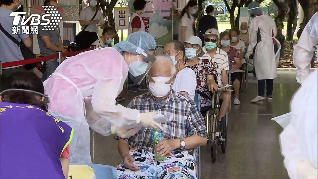 國內近日開放長輩施打疫苗。(圖/TVBS) 頻傳接種疫苗後身亡 醫籲身體有「3狀況」先別打