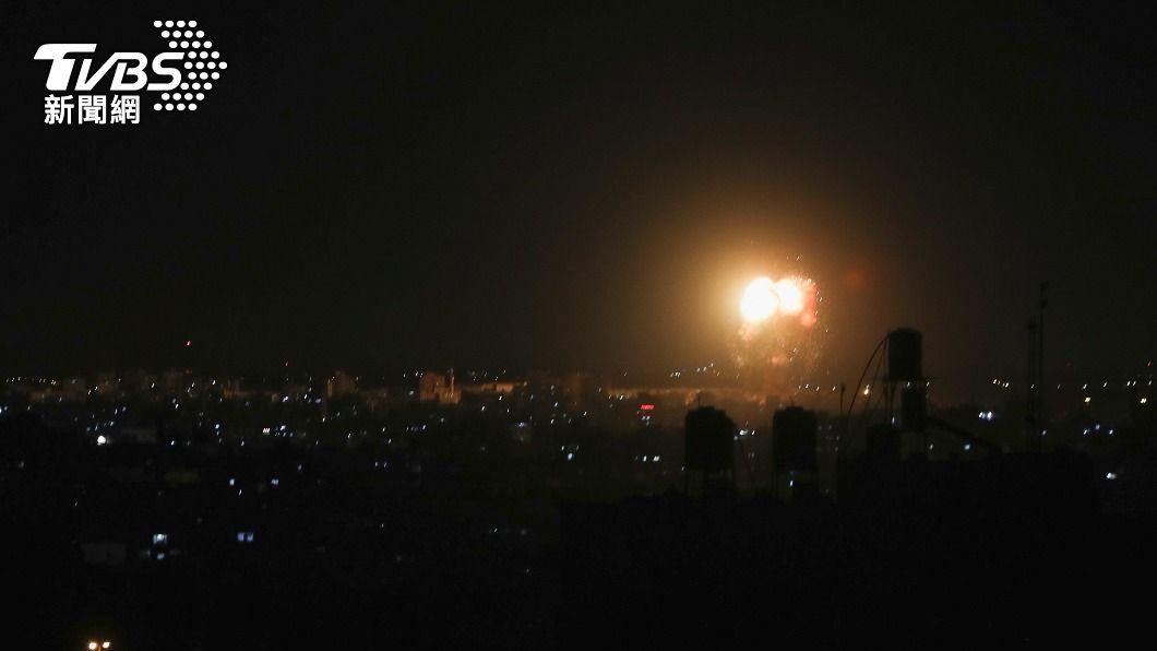 以色列對加薩走廊發動空襲。(圖/達志影像路透社) 報復巴勒斯坦施放縱火氣球 以色列再次空襲加薩