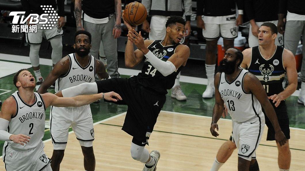 安特托昆博帶領NBA公鹿擊敗籃網。(圖/達志影像路透社) NBA公鹿雙雄領軍 將與籃網第7戰決生死
