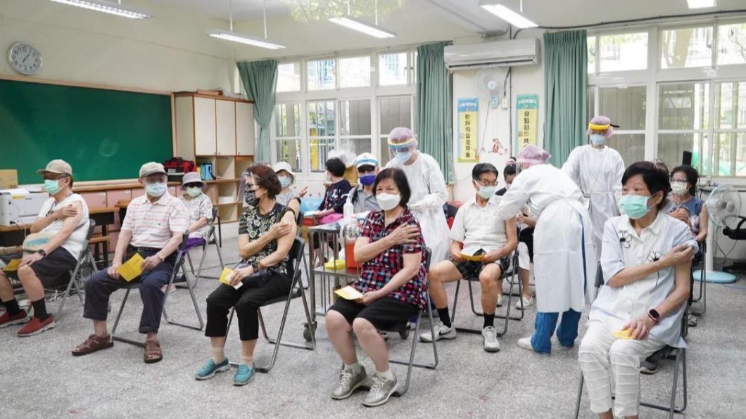 北市針對長者展開施打疫苗作業。(圖/翻攝自柯文哲臉書) 連13天降至兩位數!柯文哲:確診減少 感染源更隱藏