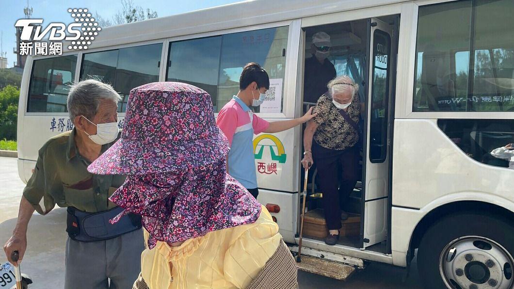 公所調派專車接送長者就近施打疫苗。(圖/中央社) 澎湖疫苗擴大接種 5民間診所加入施打行列