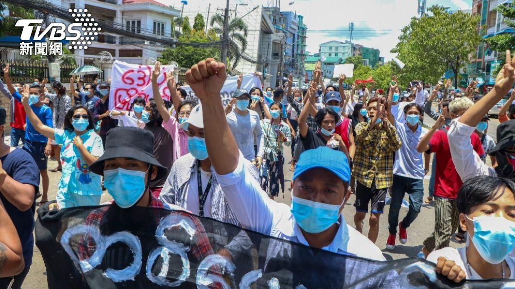 緬甸自2月1日政變以來街上爆發大規模流血衝突。(圖/達志影像 美聯社) 好消息!泰國釋放緬甸逃亡記者 5人成功抵達第三國