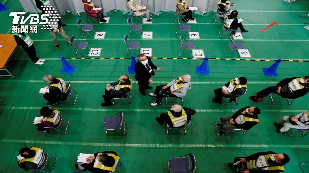 日本目前大規模實施年長者疫苗施打,預計在六月底進入企業、校園階段。(圖/達志影像 路透社) 日本疫苗接種加速 6月底針對企業、大學施打