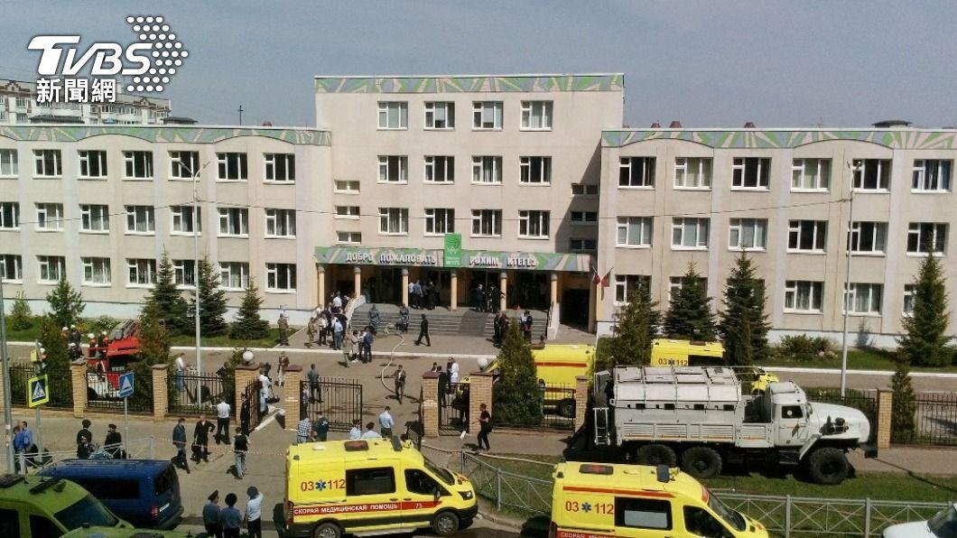 校園現場一片混亂,有許多學生破窗逃出。(圖/達志影像 路透社) 俄羅斯驚傳校園槍擊 現場掃射造成9位師生死亡