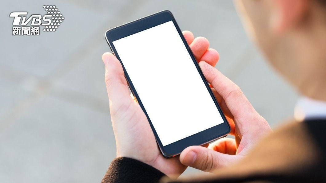 日本擬禁止手機「鎖SIM卡槽」,改變手機購買規則。(示意圖/shutterstock 達志影像) 日本擬禁止手機「鎖SIM卡槽」 促活化商業競爭
