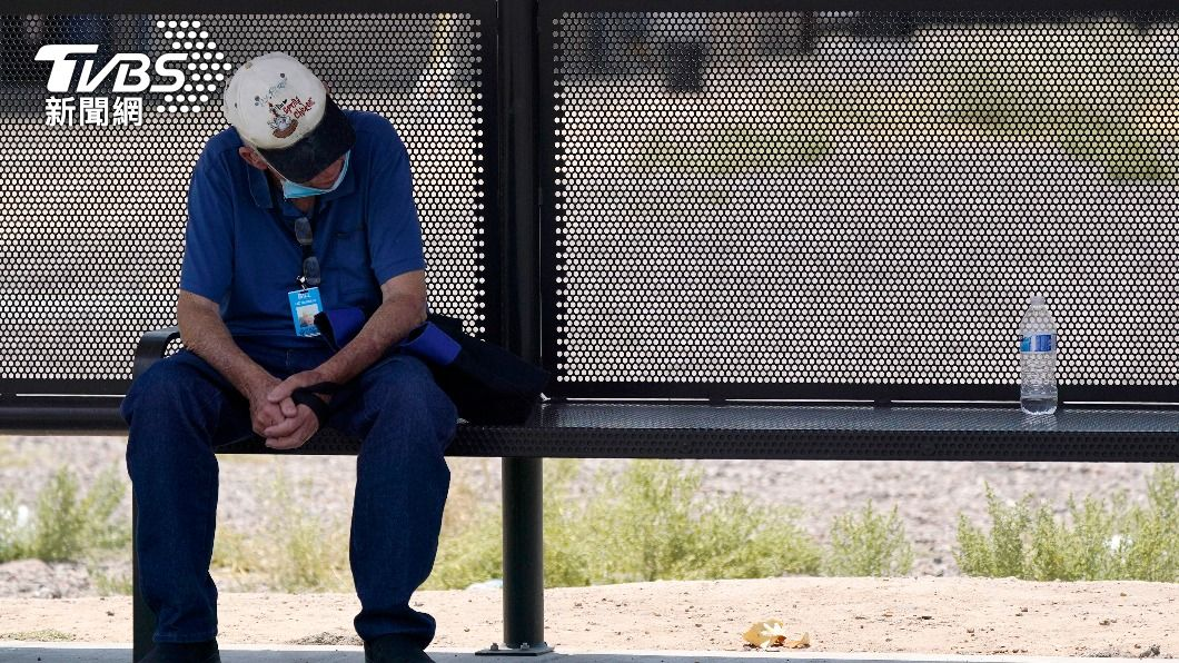 仰賴大眾運輸工具通勤的民眾,只能在高溫下等公車。(圖/達志影像美聯社) 致命熱浪、嚴重乾旱襲美西 高溫死亡人數每年破千人