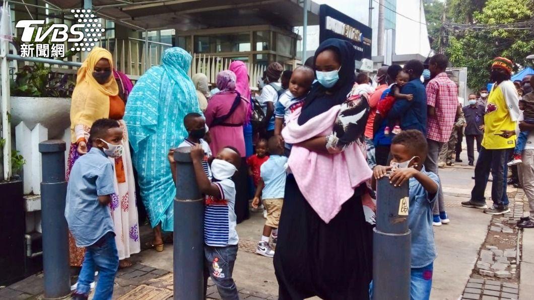 印尼警方近日強力驅趕露宿聯合國難民署雅加達辦公室外的難民。(圖/中央社) 印尼警粗暴對待國際難民 約7千人未受安置