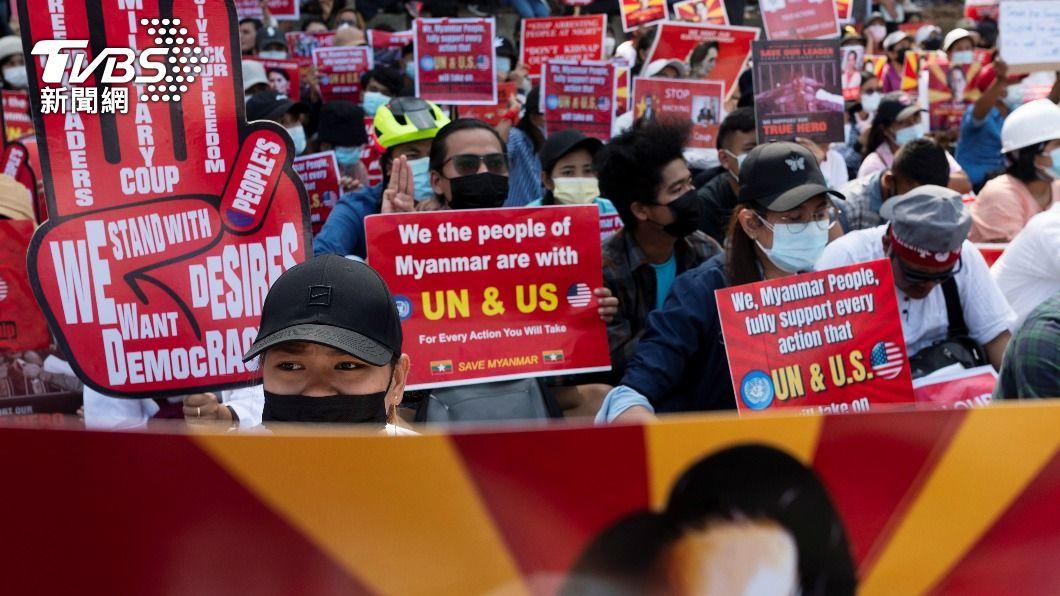 緬甸民眾呼籲聯合國及美國出手阻止軍政府政變行動。(圖/達志影像路透社) 譴責緬甸政變!聯合國決議武器禁運 呼籲釋放翁山蘇姬