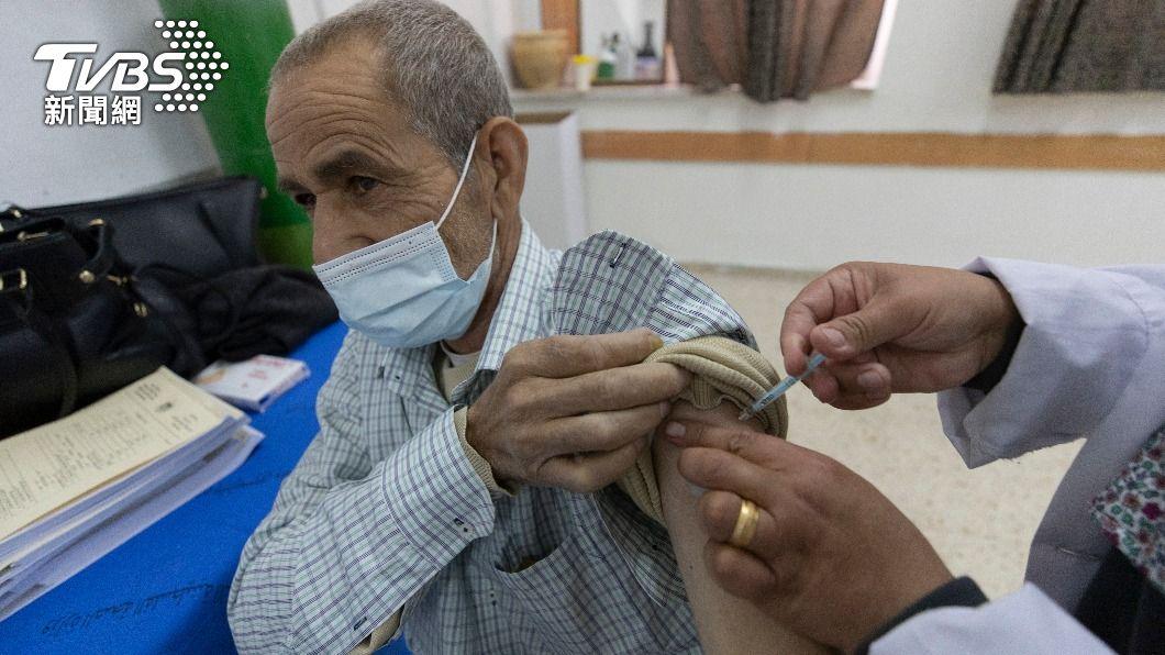 巴勒斯坦自治政府原定將接收以色列轉讓的輝瑞疫苗。(圖/達志影像美聯社) 協議破局!以色列拿快過期疫苗交換 遭巴勒斯坦「退貨」