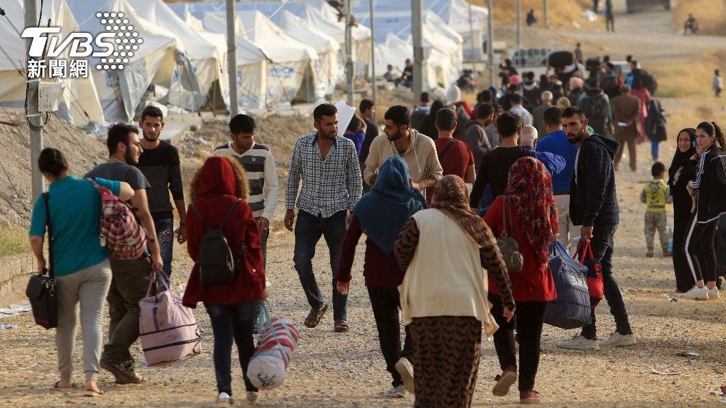 民眾攜帶輕便家當,長途跋涉尋找庇護所。(圖/達志影像路透社) 聯合國:新冠疫情不擋戰爭 去年300萬難民逃離家園