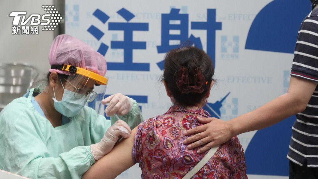 台北市疫苗接種。(圖/中央社) 台北市開放第3波疫苗接種 75歲以上長者可預約