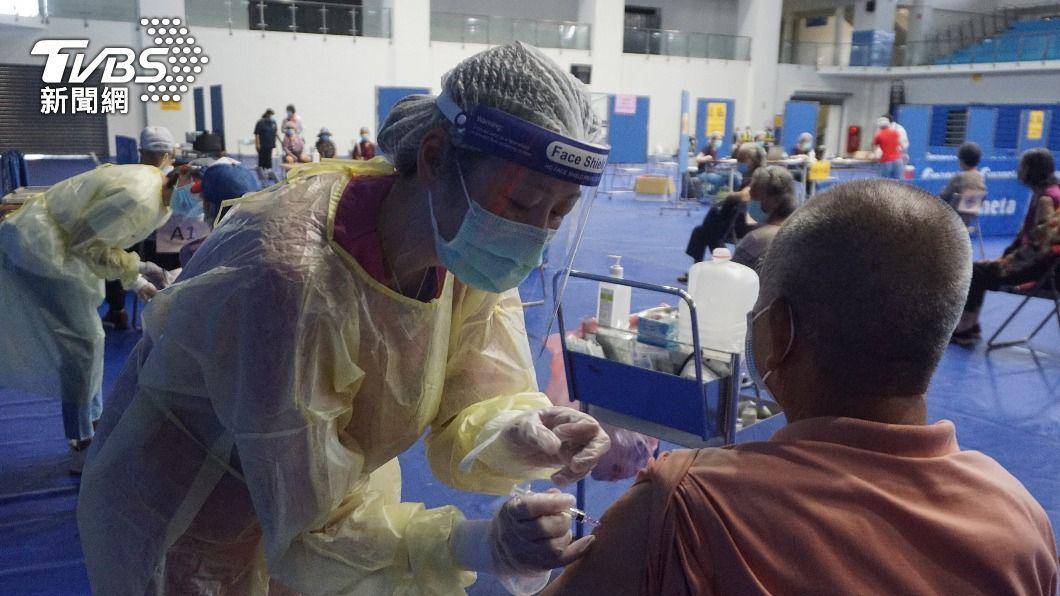 疑受接種疫苗後死亡報導影響,金門現緩打潮。(圖/中央社) 受不良事件影響 金門AZ疫苗接種率不如預期