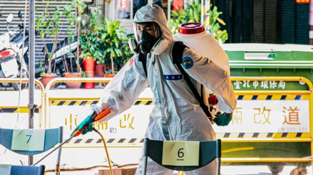 為防止病毒擴散,各縣市紛紛實施消毒作業。(圖/翻攝自柯文哲臉書) 確診連兩日2位數!今增78例本土個案