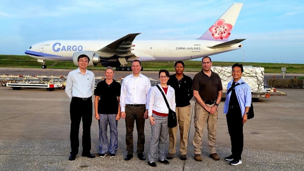 美國政府捐贈台灣疫苗,駐美代表蕭美琴前往送機。(圖/翻攝自Ned Price推特) 美國務院推文贈台疫苗出發 蕭美琴親送機