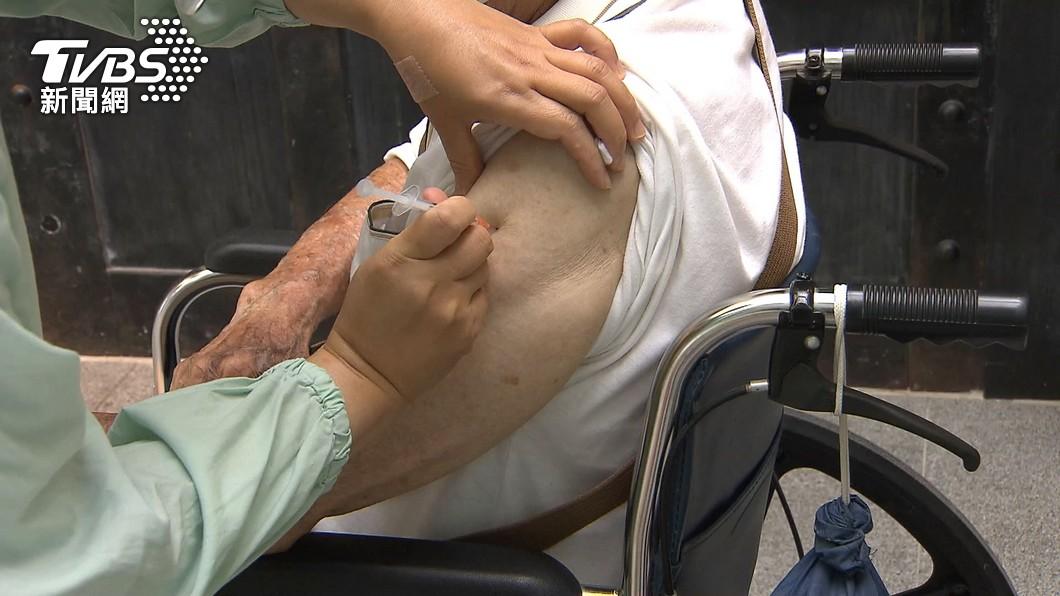 15日開始各縣市陸續幫高齡長者接種AZ疫苗。(圖/TVBS,非當事人) 外公打AZ猝死卻不通報 家屬曝原因:死亡人數恐更多
