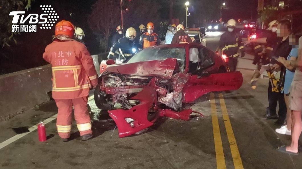 86車頭嚴重毀損。(圖/TVBS) 山路過彎超車!豐田86撞對向車 「三峽拓海」骨折送醫