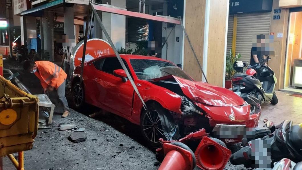 姚男駕駛豐田86跑車逆向撞毀路燈、招牌,並波及3輛機車。(圖/警方提供) 豐田86跑車逆向撞毀路燈、3機車 肇事駕駛竟「全忘了」