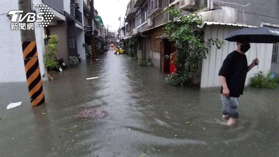 台南永康中華路1處巷弄嚴重積淹水。(圖/TVBS) 永康強降雨水深及膝民眾半夜清積水 疑當地工程影響排水