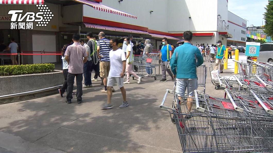 許多人前往賣場購買生活必需品。(圖/TVBS資料畫面) 好市多結帳見「貼心措施」 網大讚:繳年費值得
