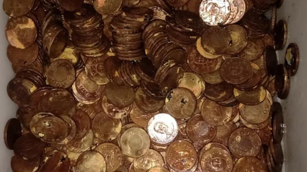 網友將家中的50元硬幣用漂白水消毒,結果硬幣都變得體無完膚。(圖/翻攝自爆料公社(官方粉專專屬)臉書) 泡漂白水「洗錢」少關鍵步驟 慘況曝光網笑慘