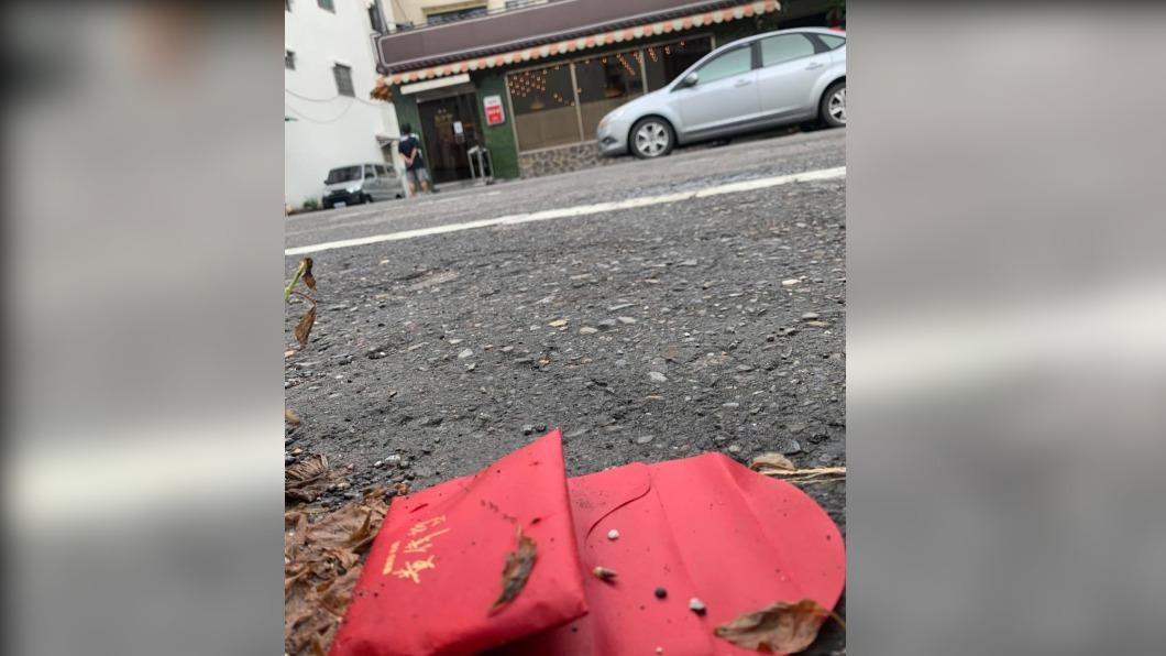 台南市路邊出現署名市長黃偉哲的紅包。(圖/翻攝自Kadoya喫茶店) 路上驚見「黃偉哲紅包」沒人敢撿 店家發文釣市長神留言