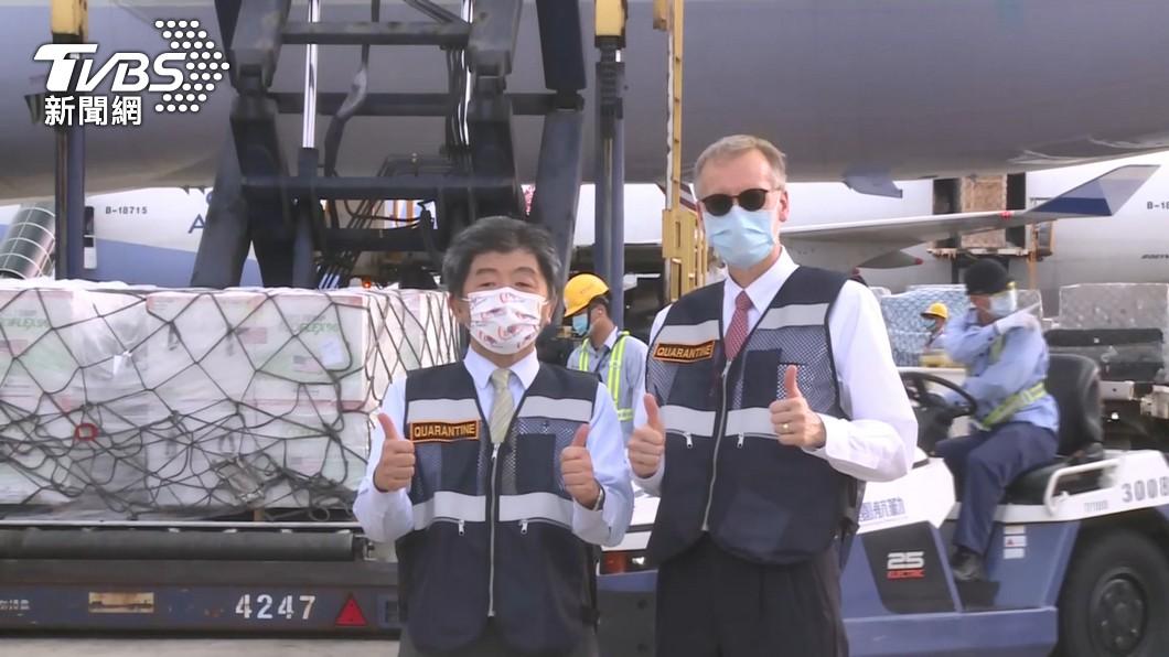 流行疫情指揮中心指揮官陳時中和AIT處長酈英傑一起迎接美國贈送的250萬劑莫德納疫苗。(圖/TVBS) 觀點/不怕美日對台友好 怕台灣只見美好