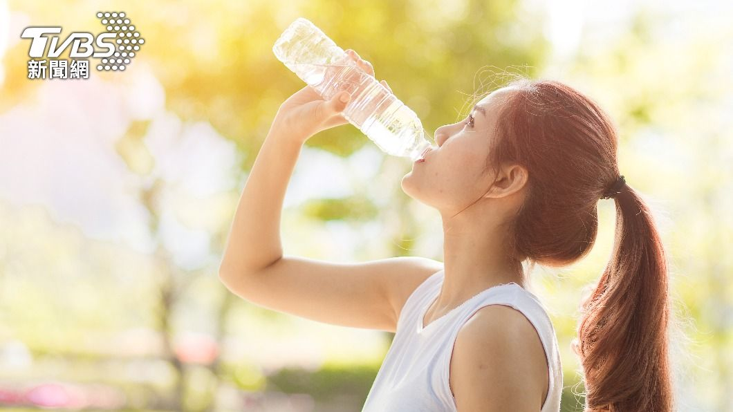 楊登嵙表示,這一時節氣溫高,每日要補充2千CC的白開水。(示意圖/shutterstock 達志影像) 夏至開運養生秘招曝 專家揭「2禁忌」:踩雷恐丟好運