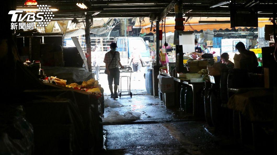 第一果菜批發市場零批場營運受影響,有攤商因來客數不多提早休息。(圖/中央社) 北農20人、承銷商18人確診 2百名快篩陰員工先打疫苗