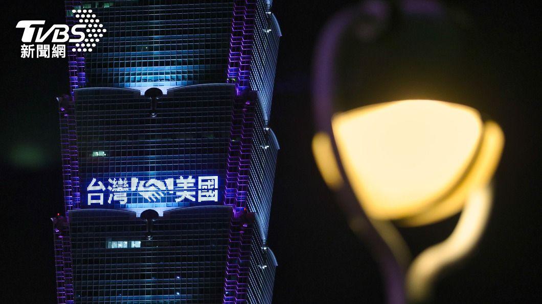 台北101點燈感謝美國贈疫苗。(圖/中央社) 贈台疫苗 美國務院:美台人民情誼是關係基礎