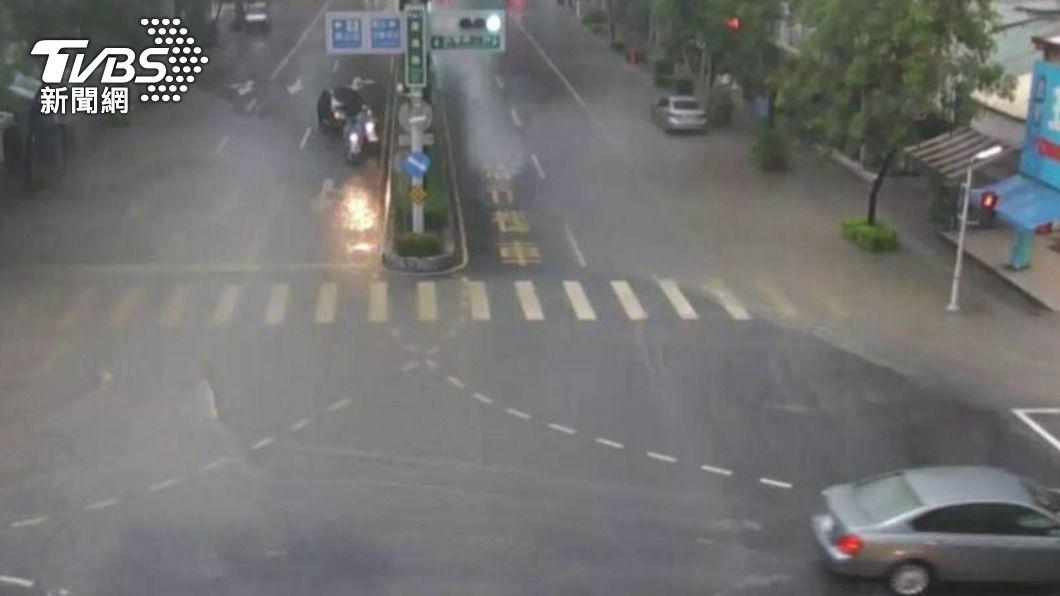 高雄市強降雨,鳳山部分路段積水。(圖/中央社) 苗栗以南防豪雨!明梅雨滯留鋒報到 嚴防致災性降雨