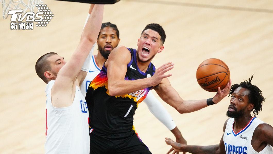 NBA太陽布克率隊擊敗快艇。(圖/達志影像路透社) NBA布克40分大三元 太陽擊沉快艇奪西區決賽首勝