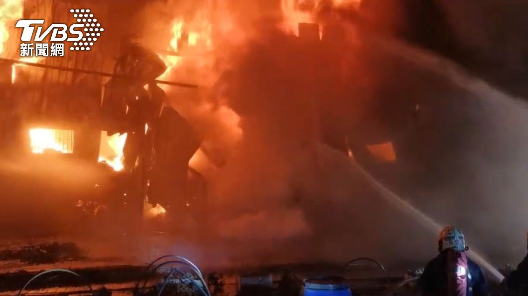 消防人員到場時工廠已全面起火。(圖/TVBS) 舊衣回收廠起火!450坪全面燃燒 130名消防員整夜搶救