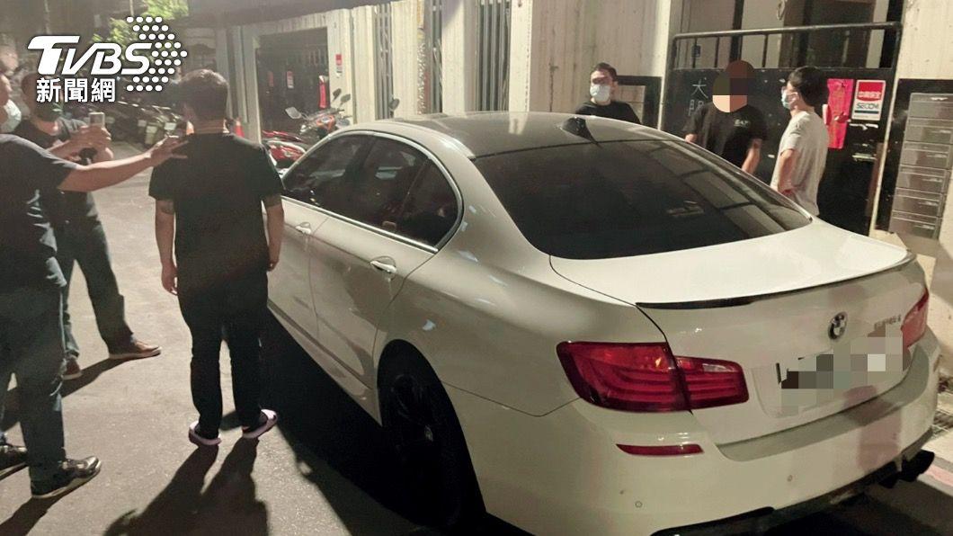 海山警方在土城找到4嫌。(圖/TVBS) 債務糾紛竟當街「持槍追逐」!警為抓嫌犯 偵防車遭撞