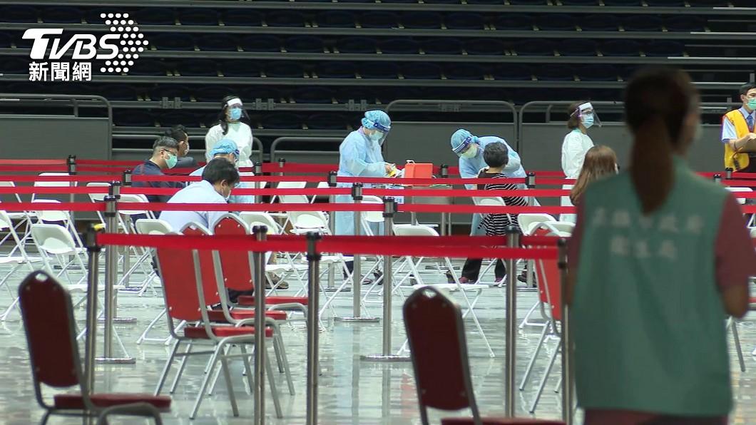 AZ疫苗開打一星期,累計95人接種後身亡。(非當事人,示意圖/TVBS) AZ打1週爆95死 新北、桃園、台中達2位數