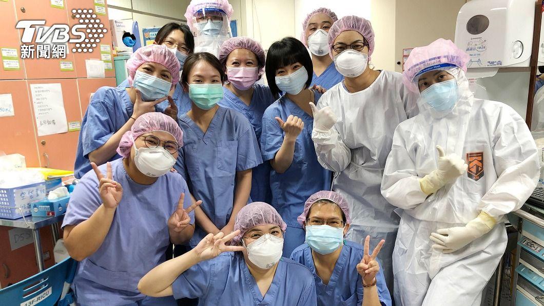 (圖/中央社) 三採陰拔管!染疫患者努力彎大拇指致謝 醫護感動