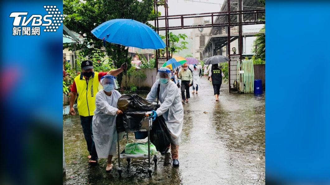 (圖/中央社) 那瑪夏接種站大雨積水 長者移往教會施打疫苗