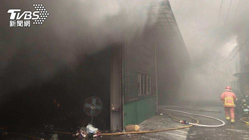 電動機車工廠火警冒出大量濃煙。(圖/TVBS) 共享電動機車工廠火警!大量鋰電池燃燒 黑煙直竄天際