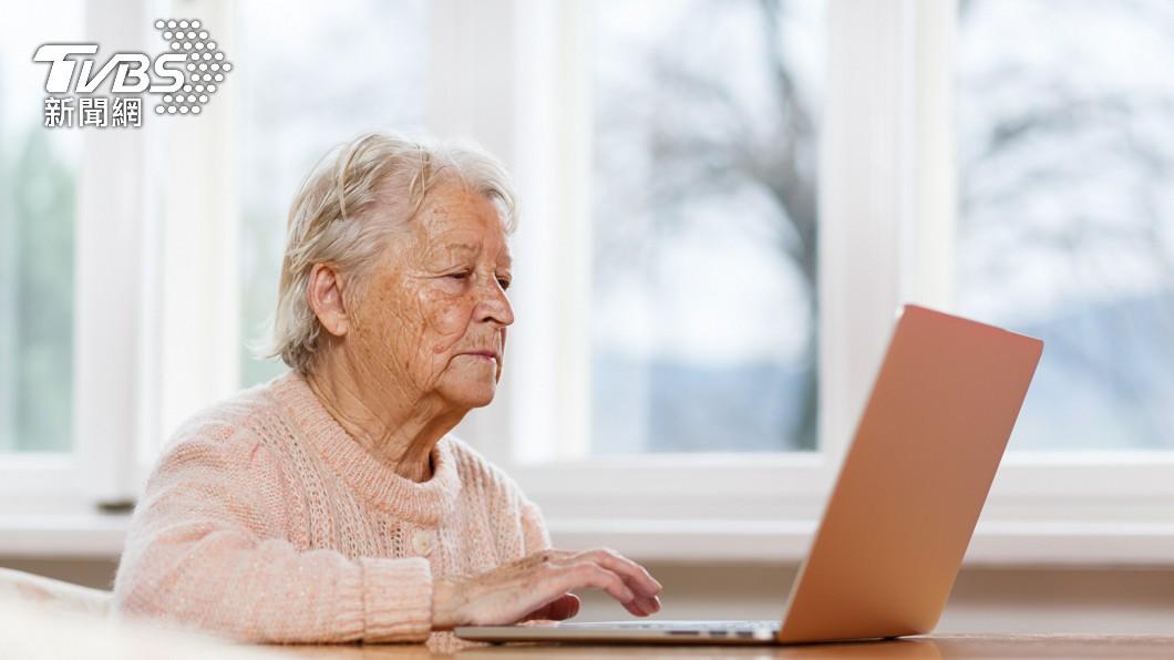 不少高齡長輩至今秉持著活到老學到老的精神。(示意圖/shutterstock達志影像) 她曝82歲「學霸阿嬤」精美筆記 超狂背景網讚:太神了