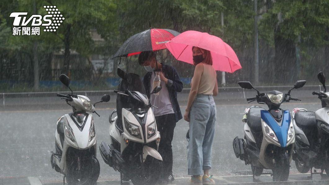全台10縣市發布豪雨及大雨特報。(圖/中央社) 台中以南10縣市豪大雨特報 午後北東降雨趨明顯