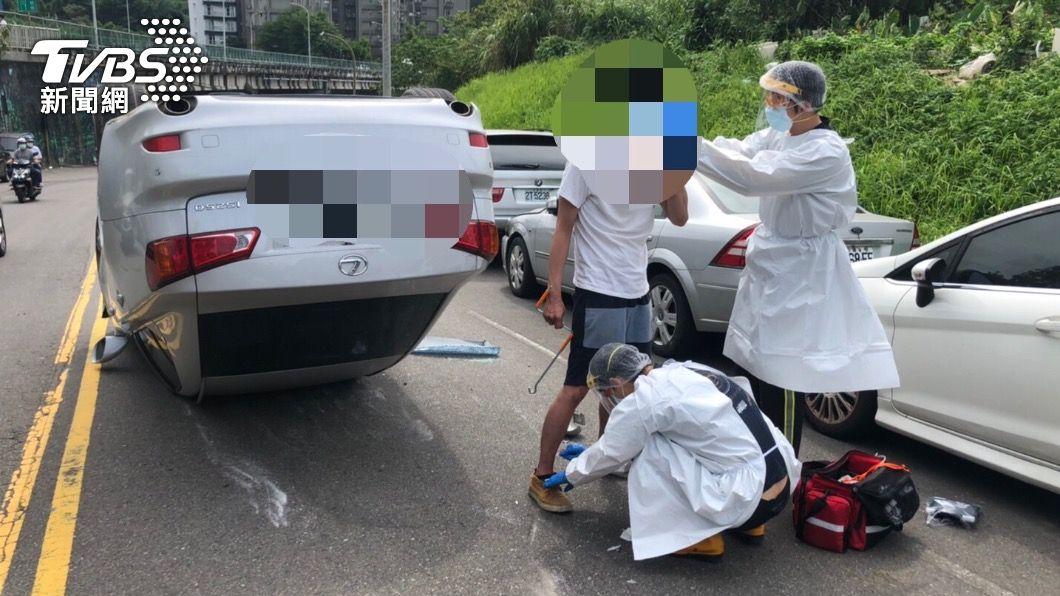 駕駛自行脫困。(圖/TVBS) 「酒測值1.2」轉彎撞車翻覆 醉男跳針求警:再測一次