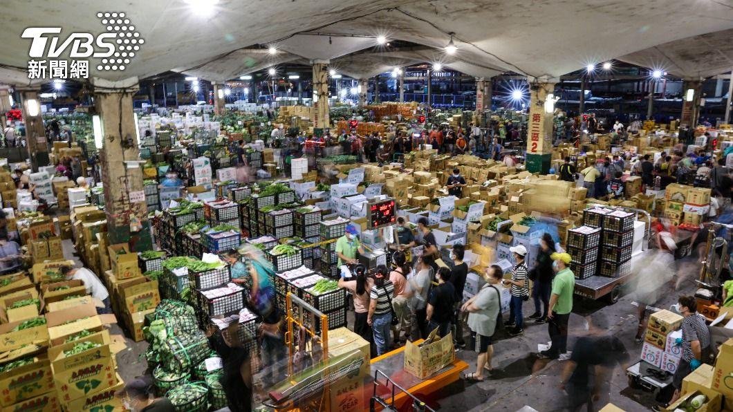 北農群聚感染,第一果菜批發市場22日凌晨照常開市。(圖/中央社) 北農爆群聚感染 桃園全面快篩果菜及農產批發市場