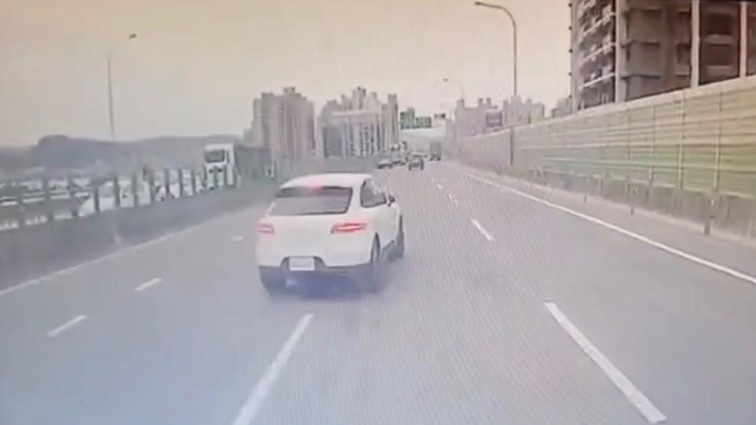 休旅車切換車道還突然慢速 。(圖/記者爆料網) 螃蟹式變換車道!百萬休旅車突煞車慢速 後方水泥車追撞