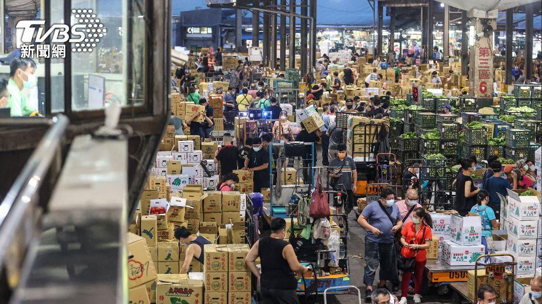 第一果菜批發市場22日凌晨照常開市,人流旺盛。(圖/中央社) 屏東112人近1個月曾至北農 列首波快篩對象