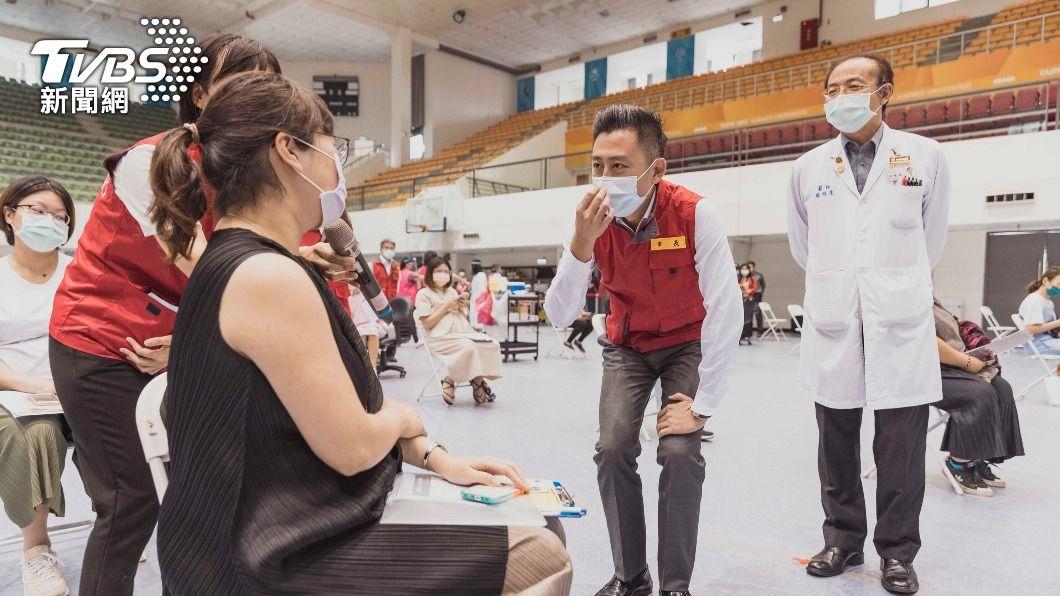 林智堅前往新竹市立體育館疫苗施打站視察。(圖/中央社) 新竹市為孕婦施打疫苗 預估1400人受惠