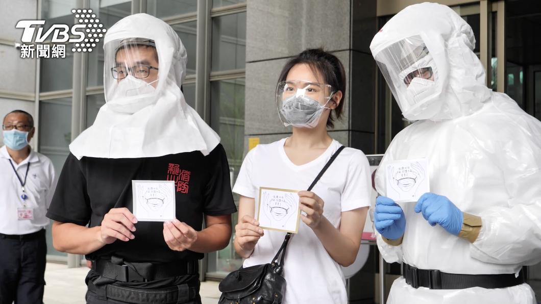 夏于喬代表捐贈防疫神器。(圖/TVBS) 安以軒號召捐防疫神器!好友夏于喬嚮應 贈警消呼吸裝置